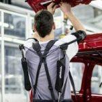 """""""Volkswagen"""" Slovakijos gamykloje pirmą kartą išbandė egzoskeletus"""